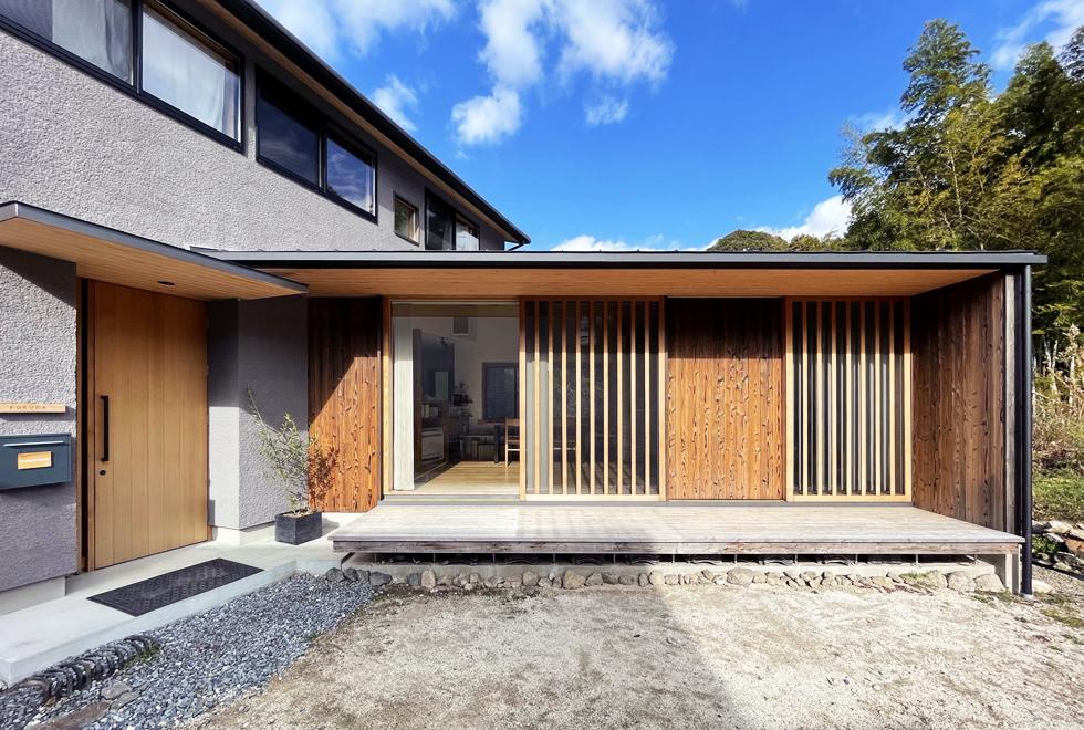 東入部の家 木製窓とウッドデッキの外観