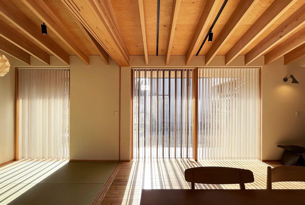東入部の家 木製窓のあるおしゃれなダイニング