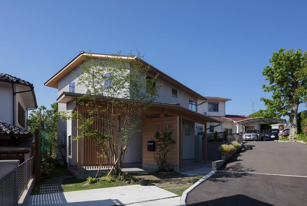 飯倉の家 植栽の緑が美しいおしゃれなアプローチ