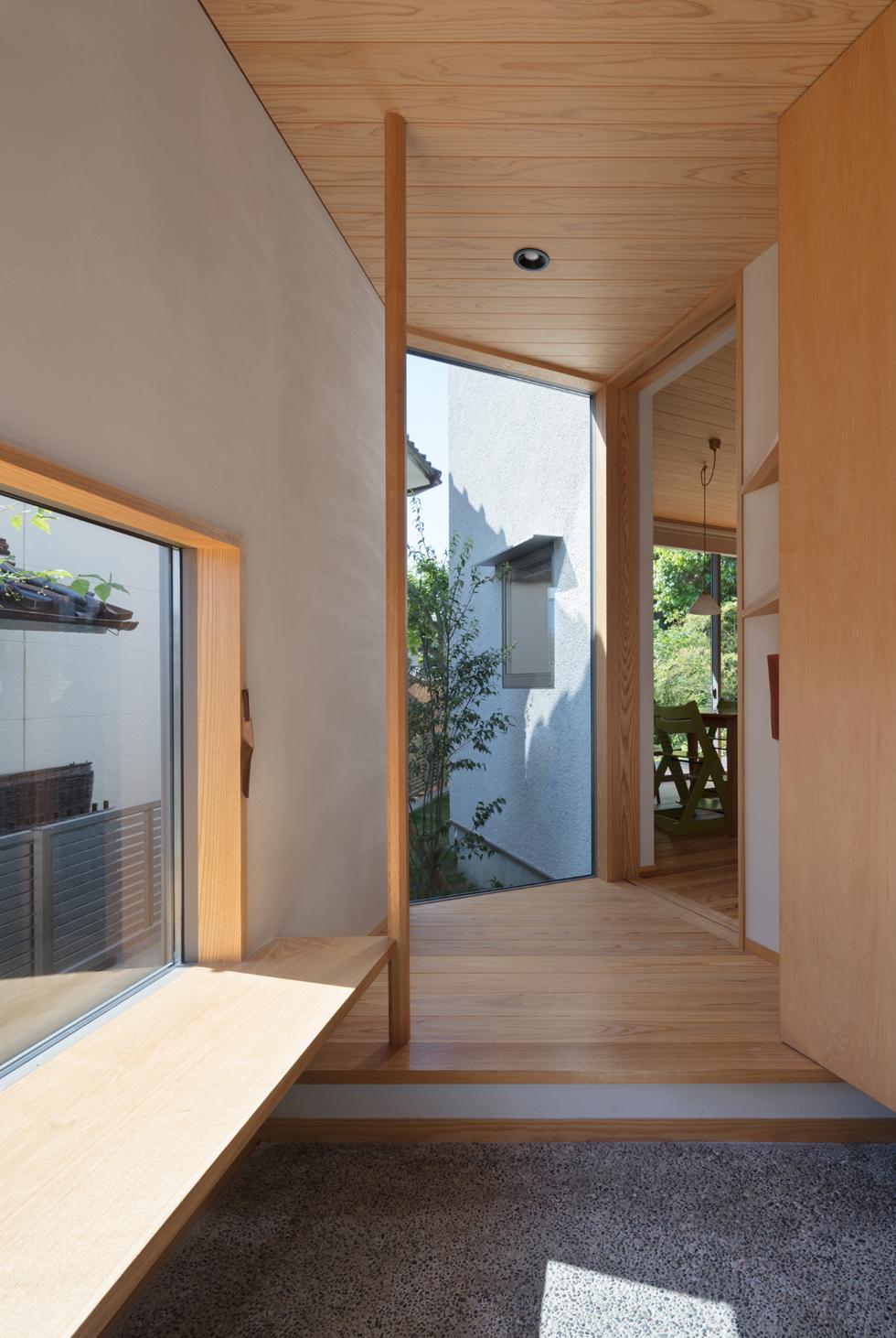 飯倉の家 ベンチのあるおしゃれな玄関