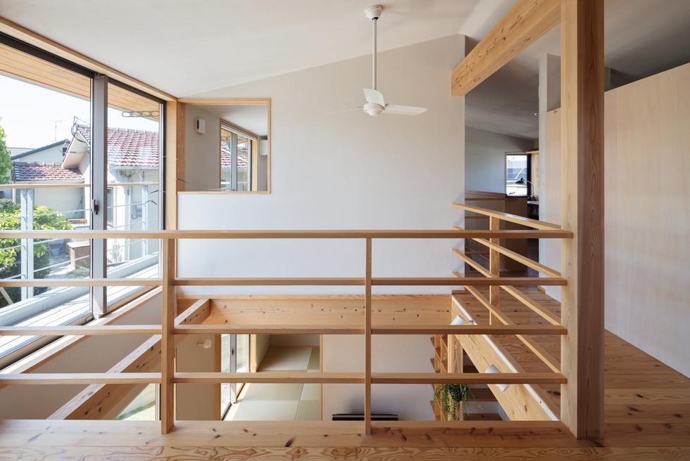 飯倉の家 シーリングファンのある2階の吹き抜け