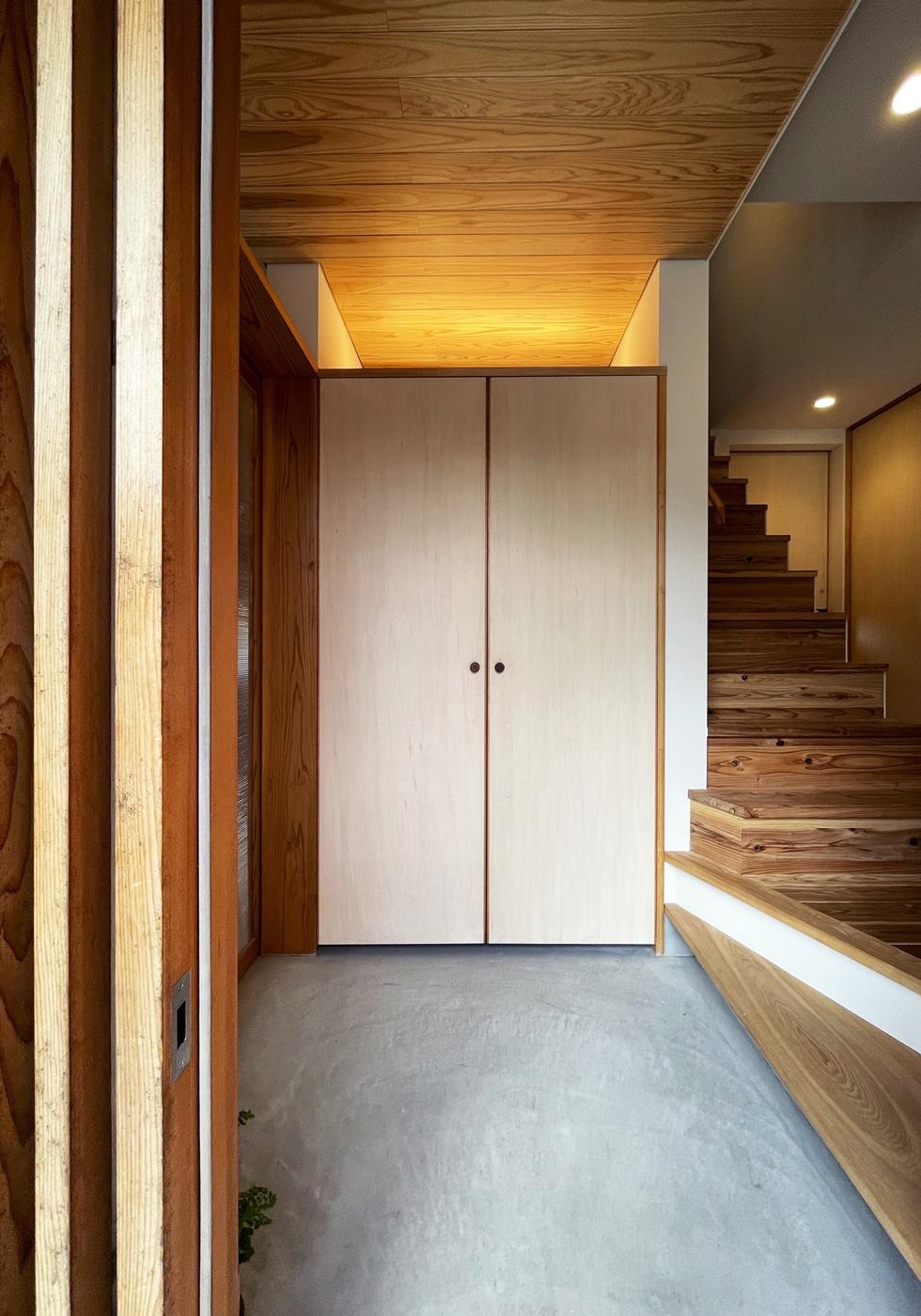 東入部の家 モルタル土間のシンプルな玄関