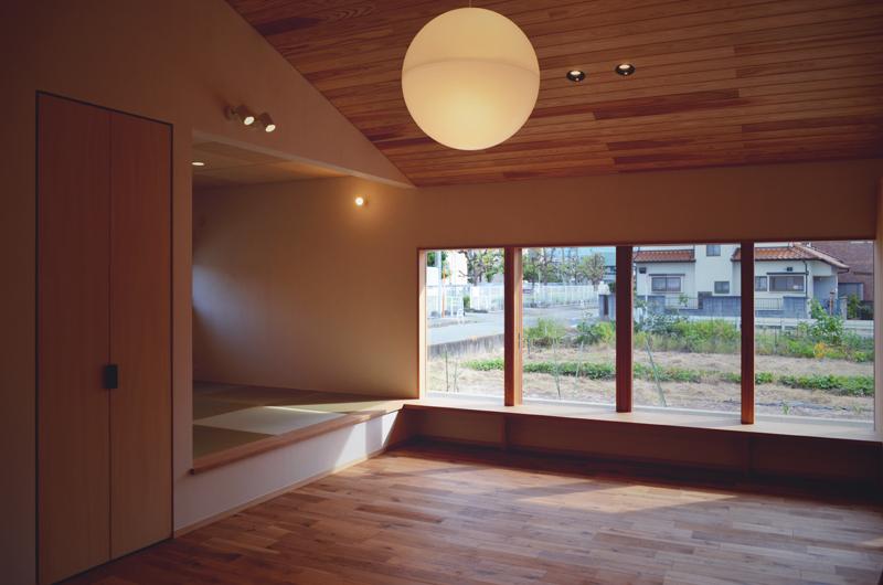 木製窓と畳コーナーのあるリビング