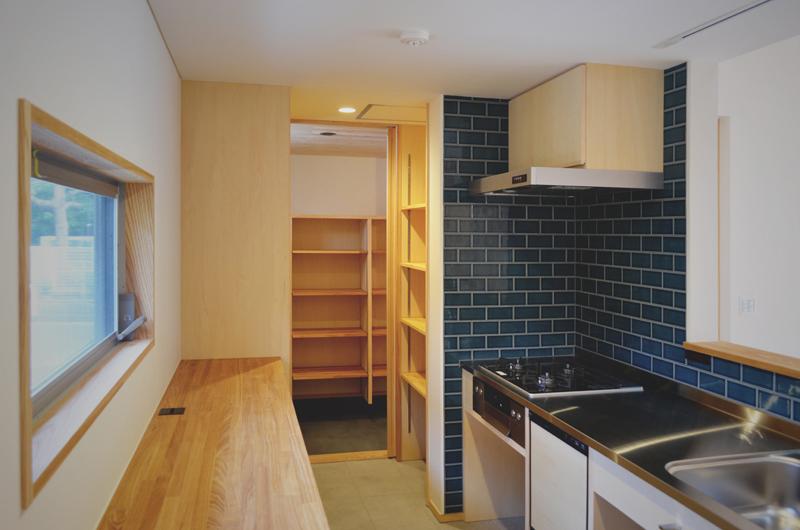 レトロなカラーのタイルと造作キッチン
