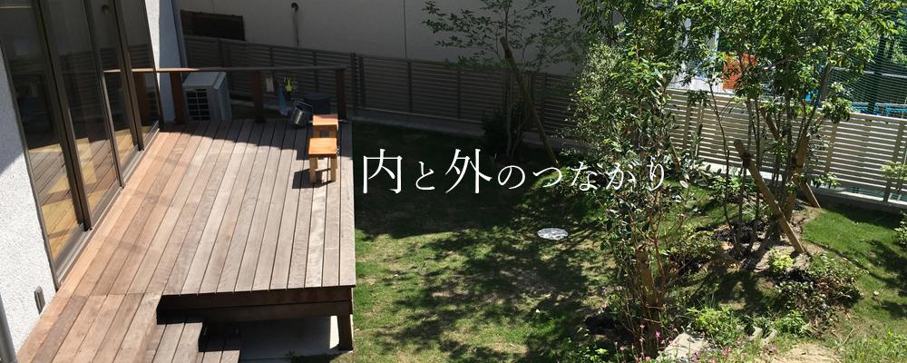 植栽の緑豊かな庭のウッデデッキ