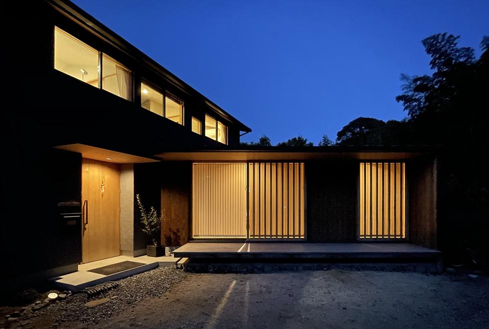 東入部の家 夕景
