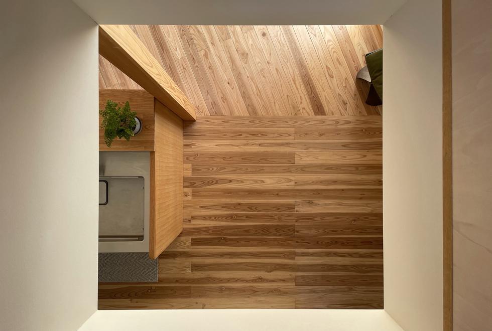 東入部の家 吹き抜けから見るキッチンと無垢の床