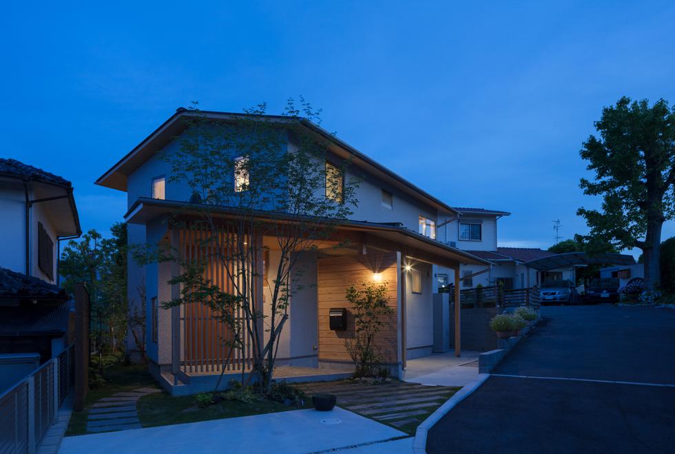 飯倉の家 暖かな明かりが漏れる夜の家