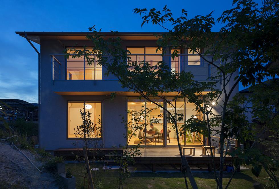 飯倉の家 あたたかい雰囲気の夜の家