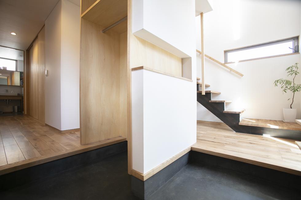 所沢の家 黒い土間のシンプルな玄関