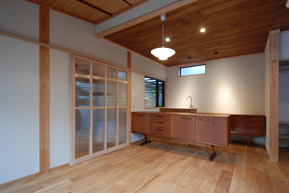 アンティーク家具のあるカフェスペースにリフォーム