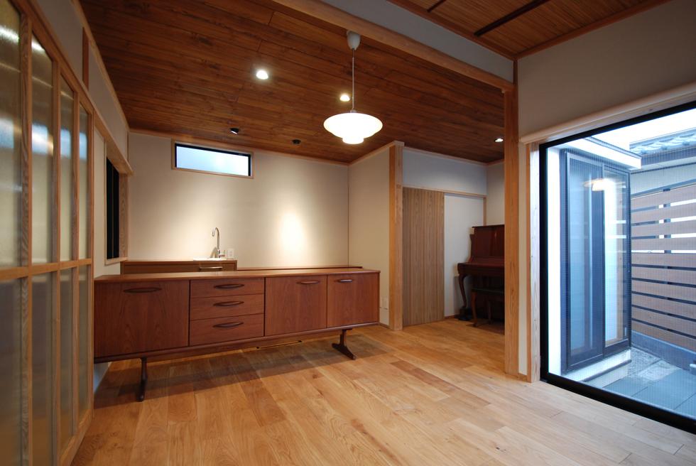 アンティーク家具のある北欧スタイルの部屋